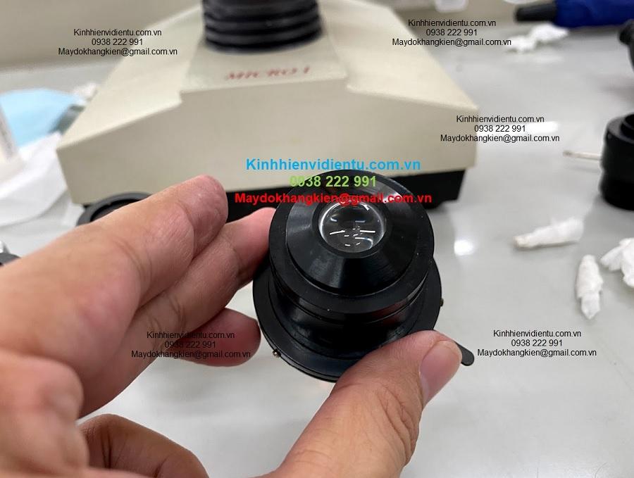 Dầu và mẫu vật khi sử dụng dính đến vật kính